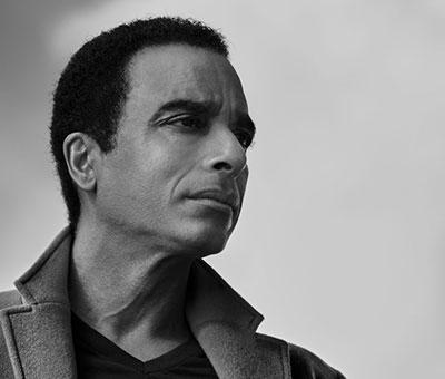 Jon Secada cantautor cubano criado en Miam