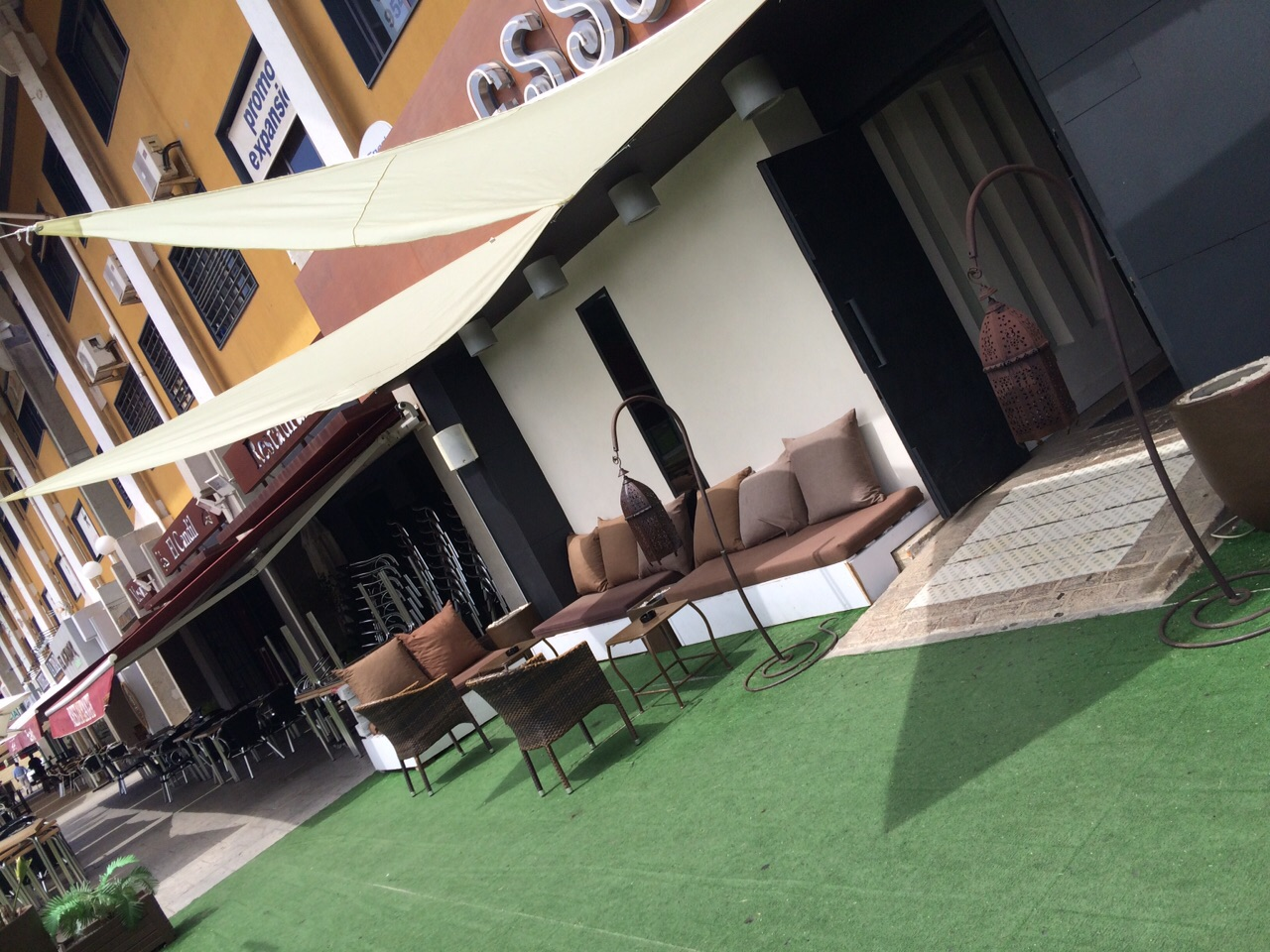 Paella gratis por la tarde y a continuación Fiesta 80s & 90s en Essencia Café & Copas
